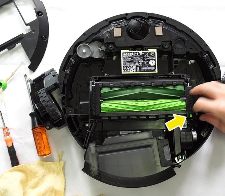 Roomba E5 roller latch