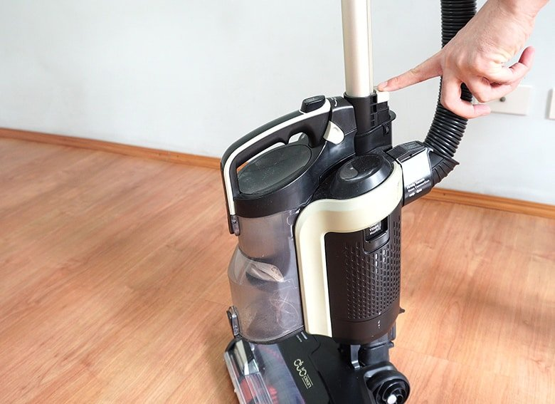 How to remove Shark Duo Clean roller brush step 1